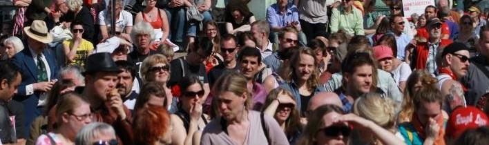 Bild: Folkmassa vid vänsterpartiets tal på torget